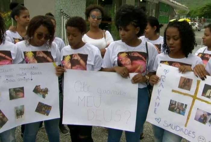 Amigos usaram camisetas com o rosto de Rayane e cartazes com homenagens