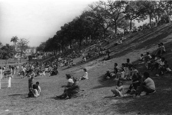 O gramado da Quinta da Boa Vista, uma das principais áreas de lazer da cidade, acomodou  confortavelmente o público que assistia a apresentação do  Balé e Coral da TV Soviética, em 1983, quando os russos ainda viviam na União das Repúblicas Socialistas Soviéticas. Ao fundo e inteiro, o Museu Nacional que foi destruído por um incêndio em setembro