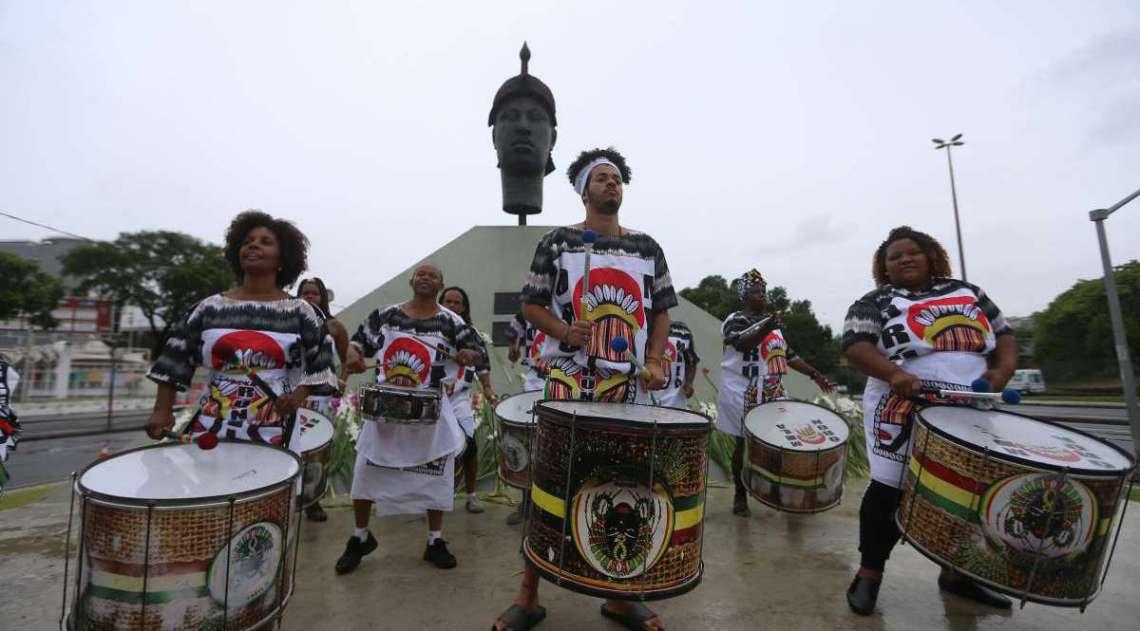 O Dia da Consciência Negra no Rio teve início com uma roda de capoeira e uma queima de fogos