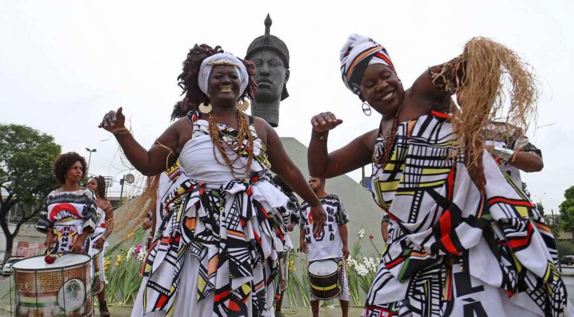 Dançarinos e artistas se performando em homenagem à Tia Ciata. Foto: Daniel Castelo Branco / Agência O Dia