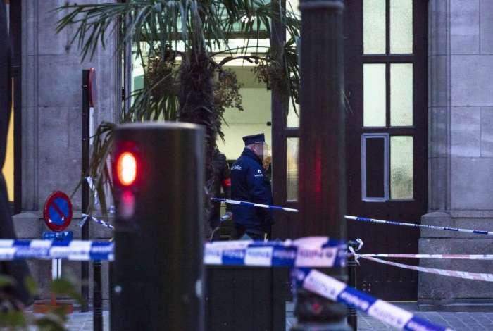 O policial foi gravemente ferido em a taque a facadas, em um posto policial em Kolenmarkt,Bruxelas
