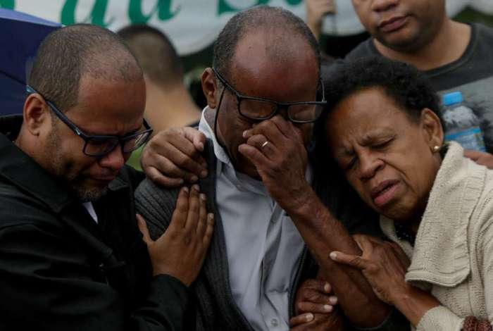 Walter Siqueira, pai de Fernanda, chora morte da filha, assassinada a faca pelo ex-marido Vanclécio
