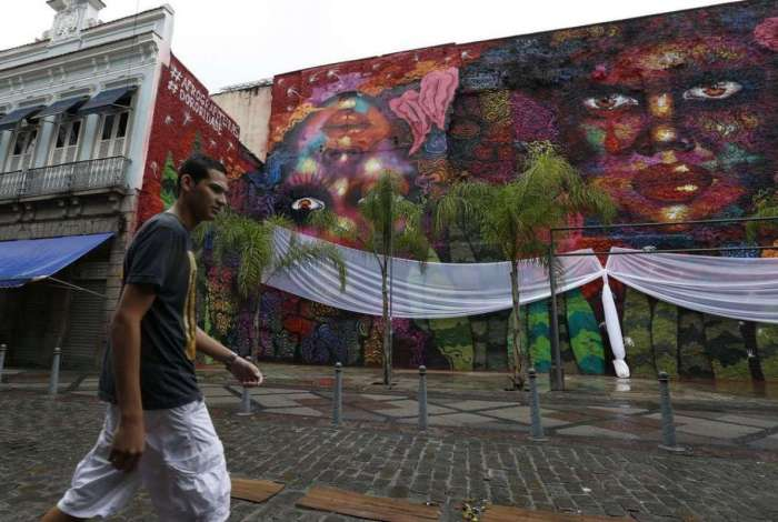 A grafiteira e ativista Panmela Castro produziu um mural de 500 metros quadrados, no centro do Rio de Janeiro, para homenagear as mulheres negras