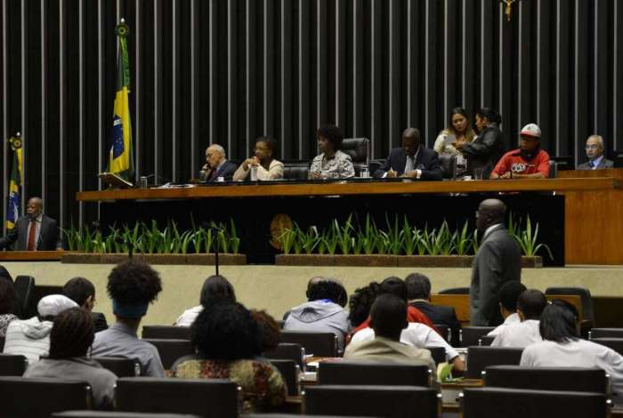 Foto antiga da Câmara dos Deputados durante sessão solene em homenagem ao Dia Nacional da Consciência Negra