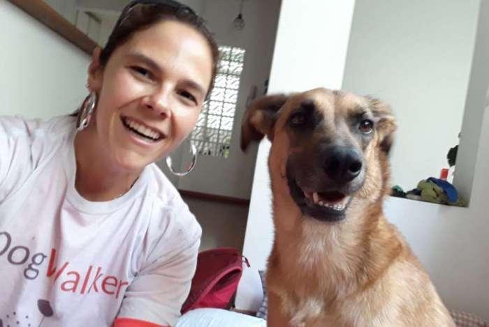 A passeadora de cães (dog walker) Simone Coelho com a cadela Luma