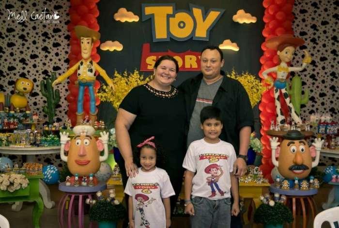 O casal Alinne e Pitter com os filhos, Luciano e Leandra