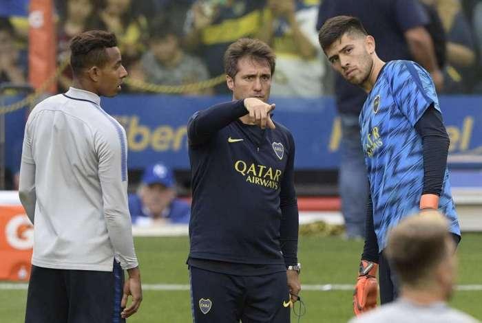 Schelotto entre Villa (E) e Rossi quer levar o Boca Juniors ao título para igualar recorde do Independiente