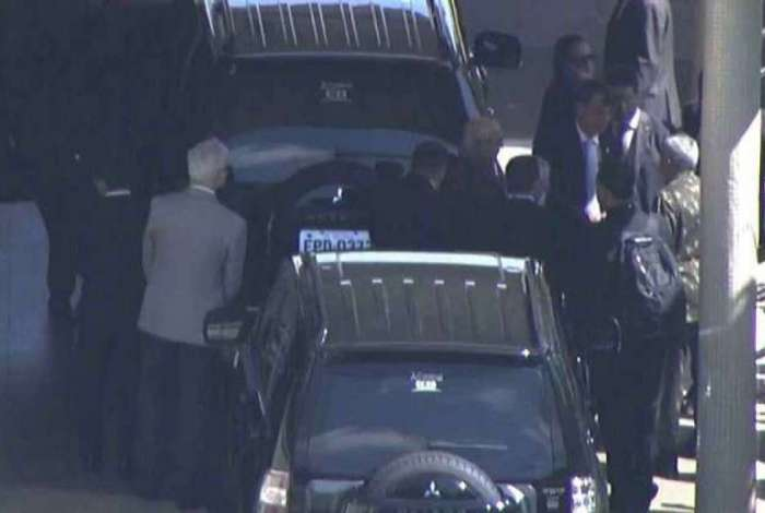 Bolsonaro foi ao hospital Albert Einstein de carro, escoltado por policiais federais. Um forte esquema de segurança foi montado nos arredores