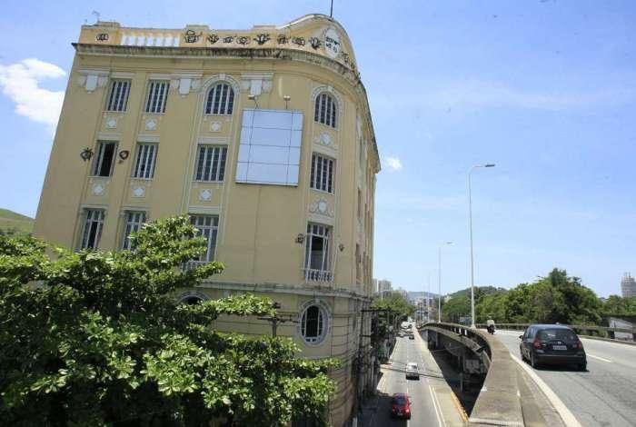 Inaugurado em 1929, imóvel é um projeto do arquiteto Pietro Campofiorito foi totalmente construído em concreto armado, uma novidade para a época. Construção fica na Av. Jansen de Melo com Praça do Expedicionário