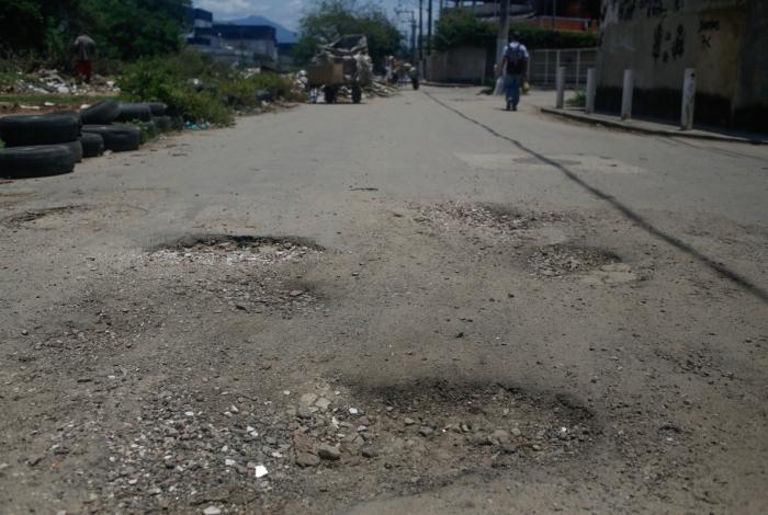 Desde novembro moradores relatam o descaso da prefeitura e convivem com verdadeiras crateras nas ruas