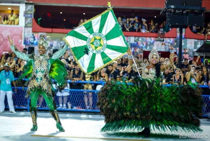 Casal de Mestre-Sala e Porta-Bandeira da Mocidade Independente de Padre Miguel durante desfile de carnaval