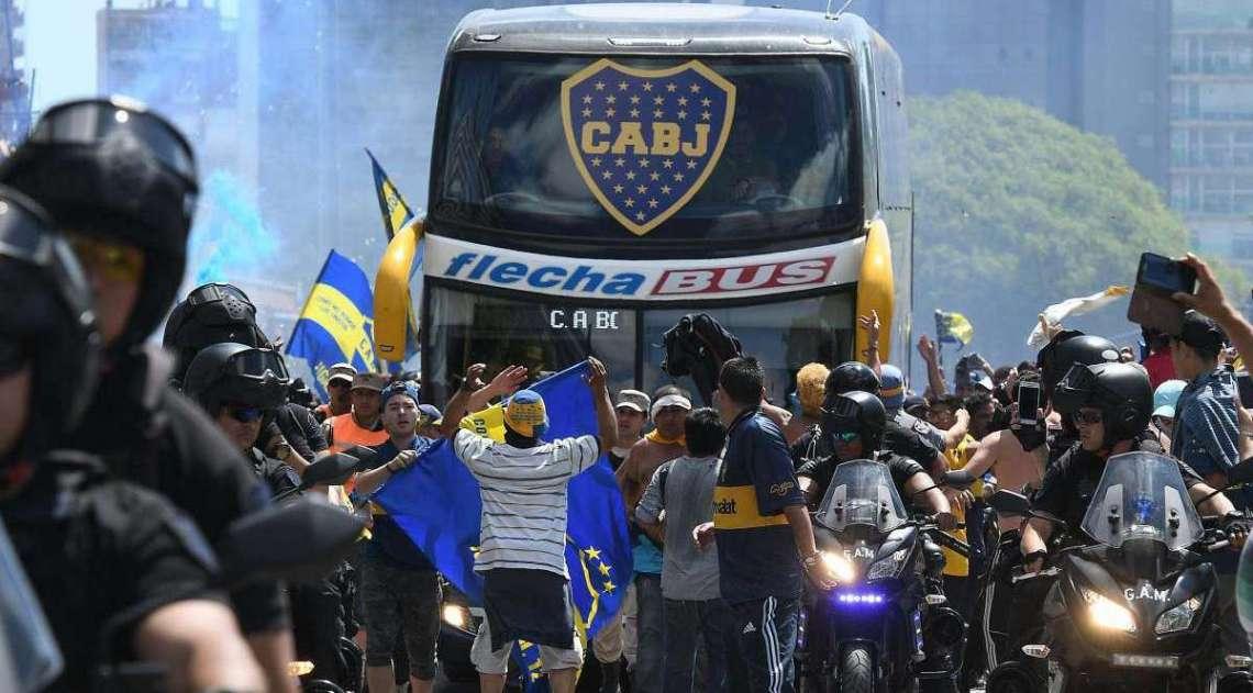 Ônibus do Boca foi apedrejado