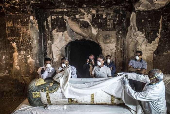 Ministro de Antiguidades Egípcias Khaled el-Enany a direita e Mostafa Waziri, o secretário geral do Supremo Concelho de Antiguidades, inspecionaram um sarcófago intacto durante a abertura da tumba  TT33 na necrópole de  Al-Assasif necrópole