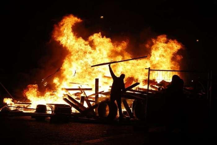 'Coletes amarelos', manifestantes atearam fogo e fizeram barricadas na Champs-Elysees , em Paris, durante protesto contra o aumento do preço dos combustíveis