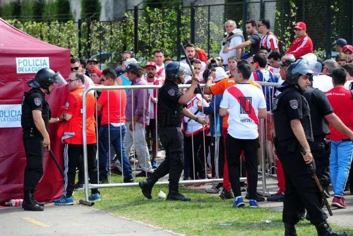 Torcedores do River Plate lutam com a polícia