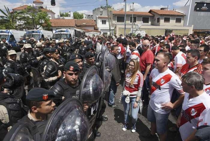Confronto ente policiais e torcedores