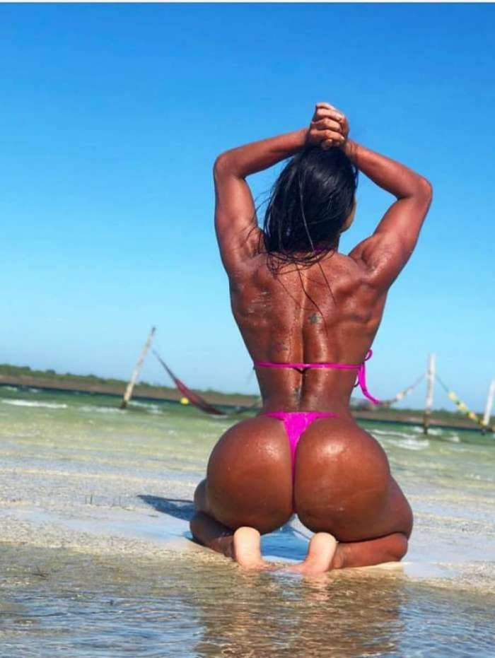 Gracyanne exibe bumbum na nuca no Ceará