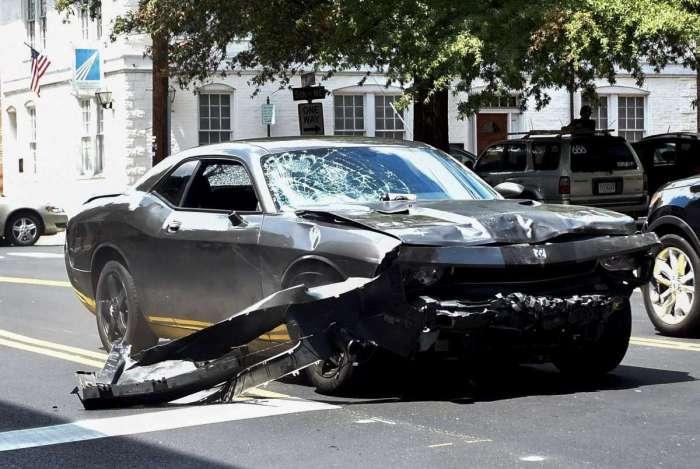 Carro que atropelou manifestantes durante protesto em Charlottesville, em 2017