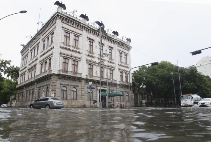 Rua do Catete completamente alagada: chuva causou transtornos em vários pontos do Rio