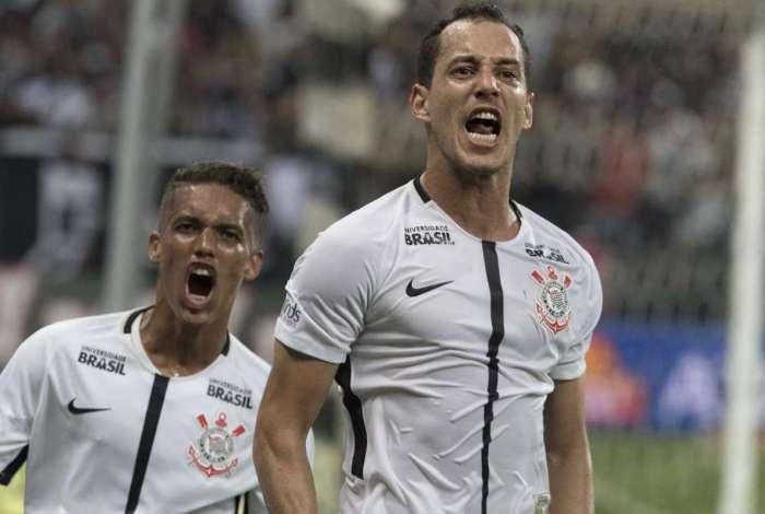 Rodriguinho (D) foi peça importante em conquistas do Corinthians: oferta chegaria a quase R$ 20 milhões