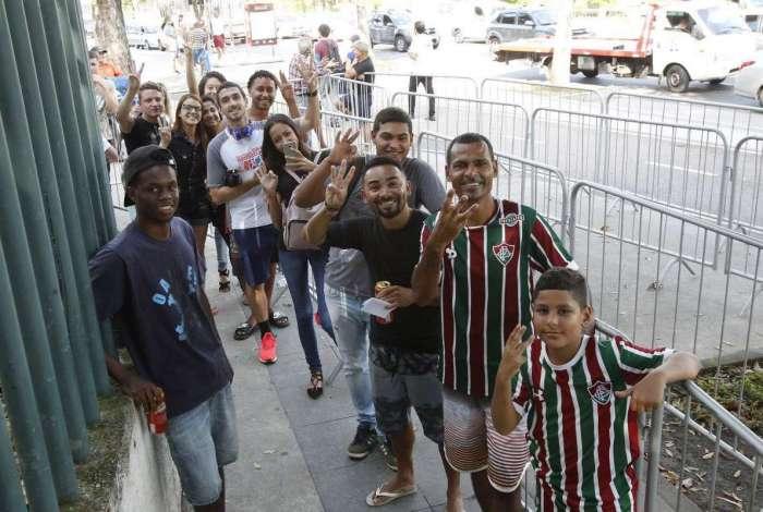 2018-11-27 - Venda de ingressos para o jogo do Fluminense x Atlético Paranaense, no Maracanã, pela Copa Sulamericana. Na imagem, Maurício José Ouriques c/ o filho Kauã (ambos com a camisa do Flu) e Marcílio de Araújo (camisa preta e atrás de Maurício) na fila da bilheteria do estádio. Foto de Alexandre Brum / Agência O Dia - ATAQUE ESPORTE FUTEBOL FLU FLUMINENSE JOGO INGRESSO BILHETERIA
