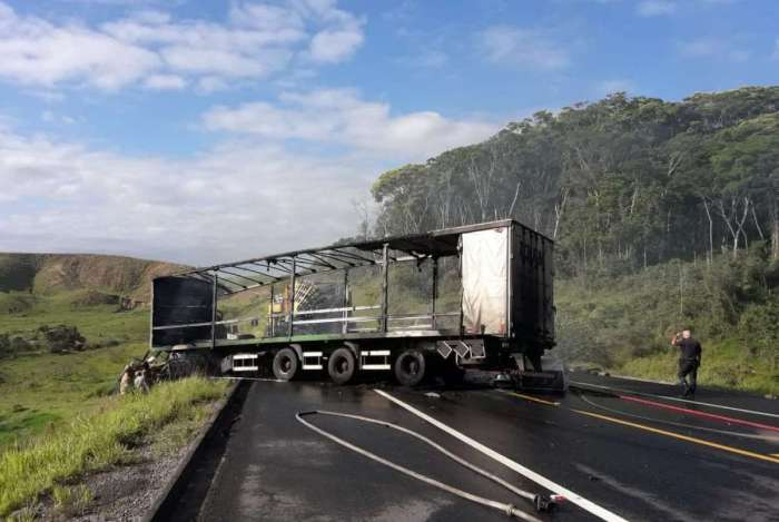 Acidente grave envolve três veículos e mata duas pessoas em Volta Redonda