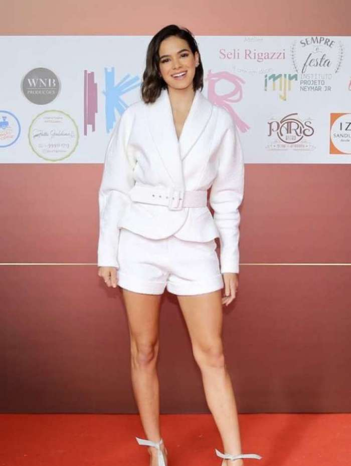 Bruna Marquezine usa jaqueta de R$ 2.190 e short de R$ 990 em evento beneficente no Instituto Neymar