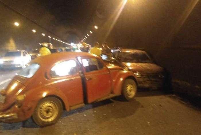 Acidente entre dois carros e uma moto interdita parcialmente o Túnel Rebouças sentido Zona Sul