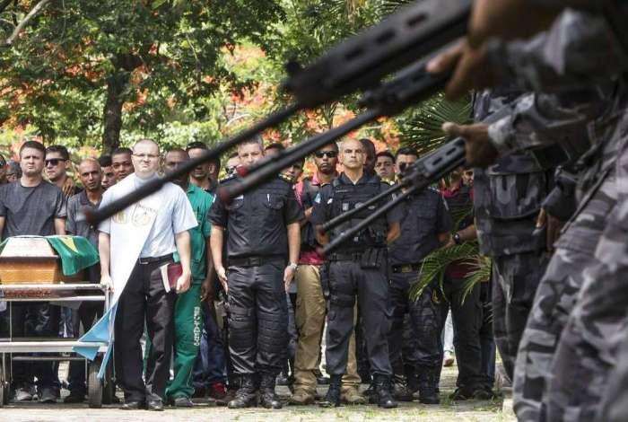 Major da PM morto na Baixada é enterrado