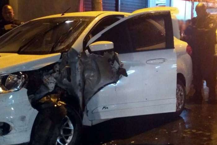 O carro roubado ficou com parte da lateral bastante danificada