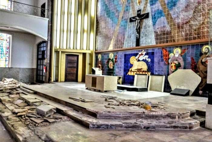 Parte da frente do altar, em mármore, já tinha sido destruída, antes da paralisação das obras
