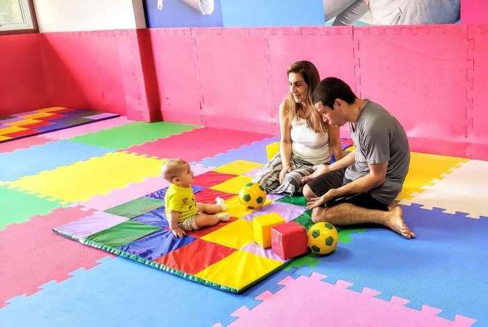 Avó e neto na Academia Tio Sam Camboinhas: espaço kids