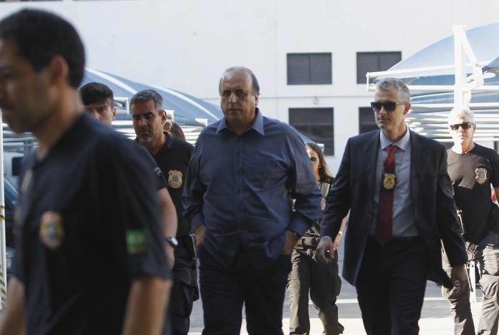 Luiz Fernando Pezão (MDB) sendo conduzido por policiais federais