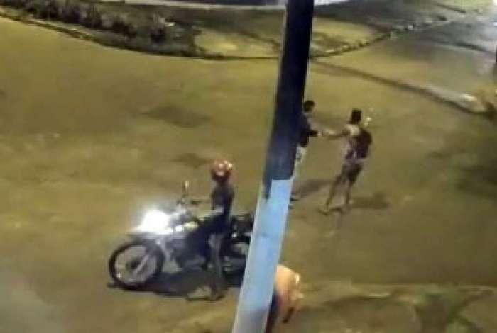 Assalto foi filmado por uma câmera de segurança