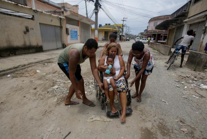 Há dois anos convivendo com obra inacabada e sem asfalto, moradores como a Kátia Regina, que é cadeirante, têm dificuldades para transitar pelas ruas do bairro