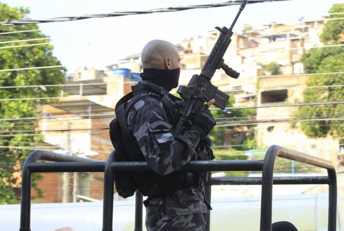Batalhão de Choque faz operação no Morro do Dendê, na Ilha do Governador