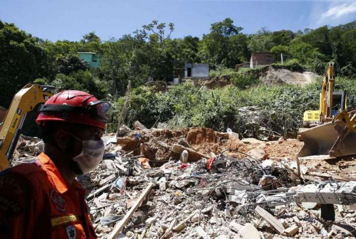 Deslizamento de encosta no Morro da Boa Esperança, em Niterói: prefeituras do estado terão que repassar lista com beneficiados com o aluguel social