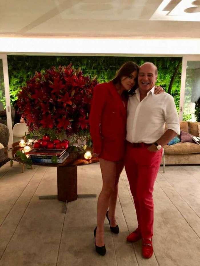O apresentador Marcelo de Carvalho e a namorada Simone Abdelnur comemoraram o Natal no Brasil de forma antecipada