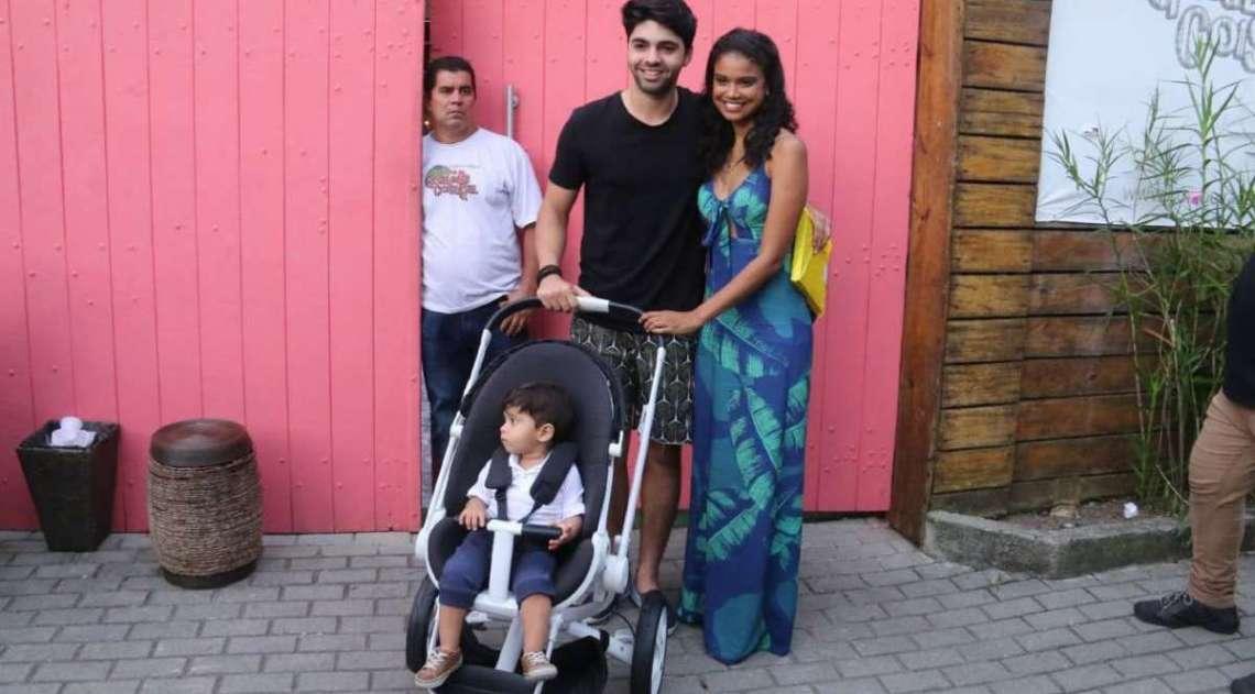 Aline Dias e Rafael Cupello com o filho, Bernardo
