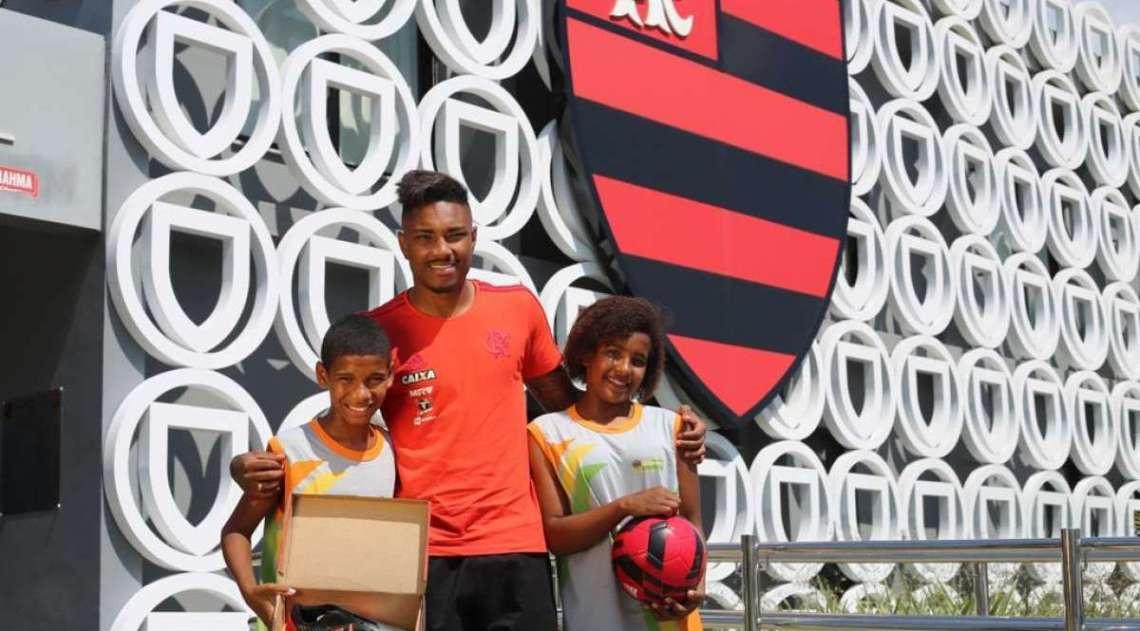 Jogadores do Flamengo têm dia de Papai Noel