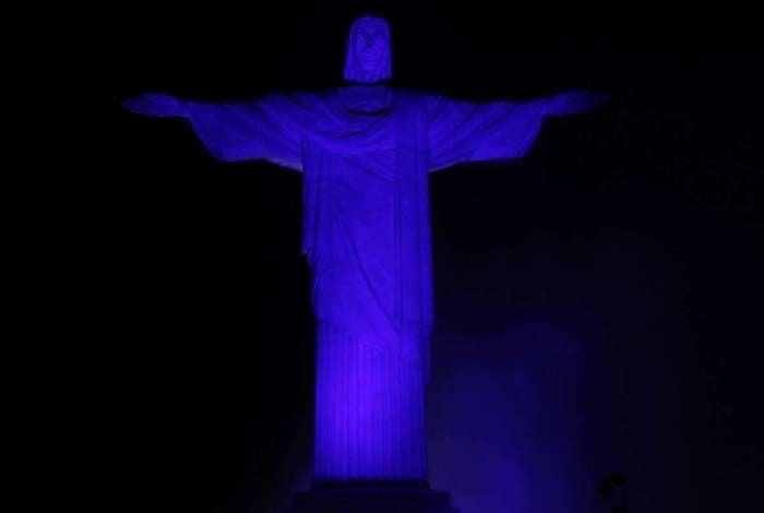 Cristo Redentor com a iluminação azul em homenagem à campanha