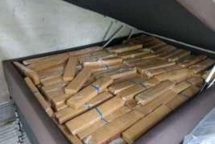Droga estava escondida em camas, que eram transportadas em caminhão