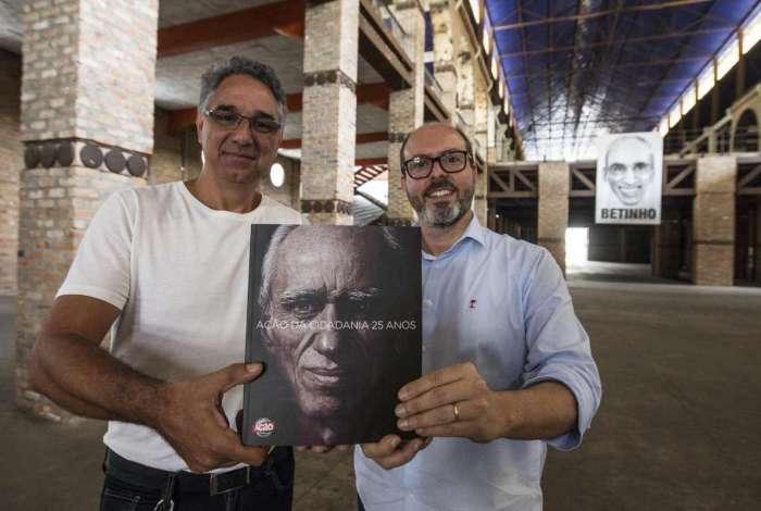 Kiko Afonso e Daniel Souza, à frente do programa, mostram o livro