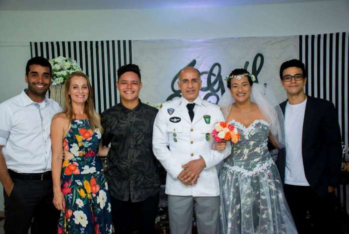 Mãe de Sérgio Malheiros se casa e namorada do ator, Sophia Abrahão não aparece na foto de família