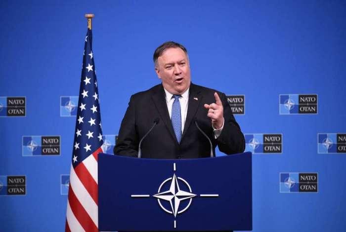 Mike Pompeo em coletiva de imprensa após reunião na OTAN