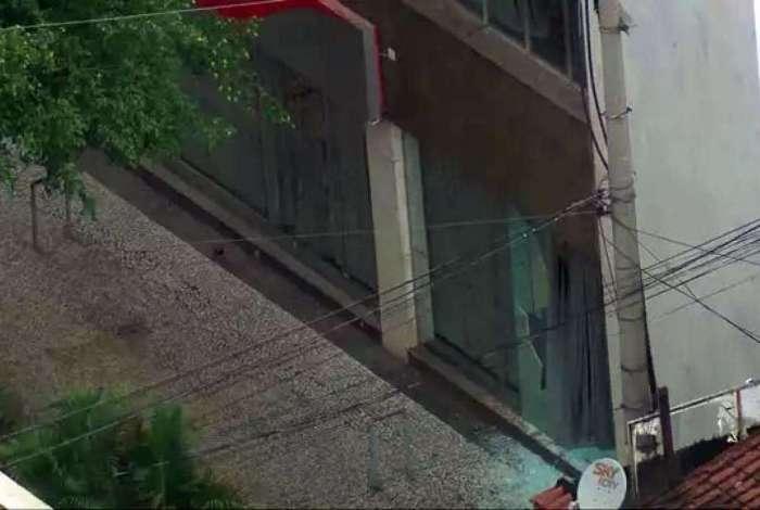 Vidros da porta da frente da agência ficaram estilhaçados
