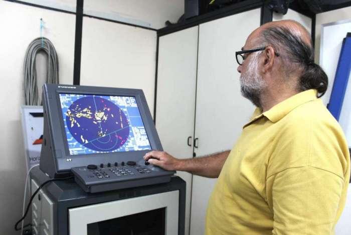 Tecnologia que funciona na UFF permitirá redução de impactos ambientais na Baía de Guanabara. O equipamento é instalado a 15 metros do solo e tem 3,5 metros de comprimento