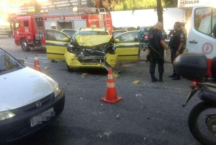Acidente entre táxi e ônibus deixou dois feridos na Estrada do Tindiba, na Taquara