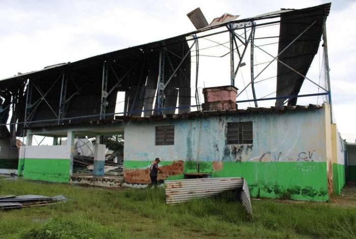 Vendaval derruba telhado de ginásio usado por deficientes físicos em Japeri