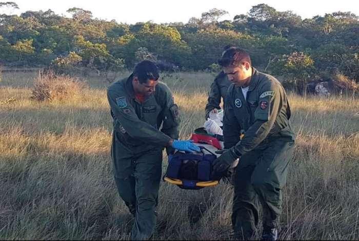 Os dois foram imobilizados em macas e levados para o helicóptero